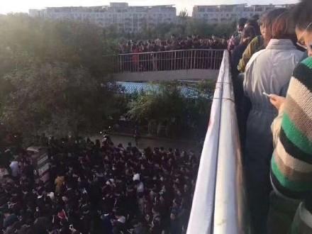 제19차 중국 공산당대회 개막을 하루 앞둔 17일 베이징 지하철에서 안전검사가 강화돼 베이징 지하철 13호선 롱저역에 승객들이 길게 줄서 있다. [사진 웨이보 캡처]