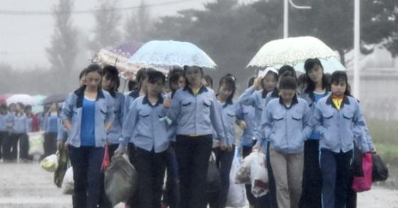 중국 기업에 고용된 북한 노동자들의 출근 모습. [연합뉴스]