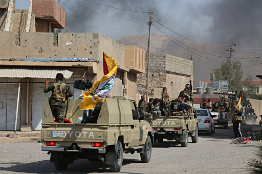 이라크군이 16일(현지시간) 쿠르드자치정부(KRG)의 군조직 페슈메르가가 사수하던 키르쿠크주 주도 키르쿠크시의 중심부로 진격하고 있다. [AP=연합뉴스]