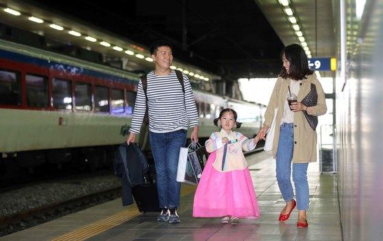 지난 2일 귀성객들이 서울역 플렛폼에서 고향으로 향하는 기차에 오르고 있다. 김상선 기자