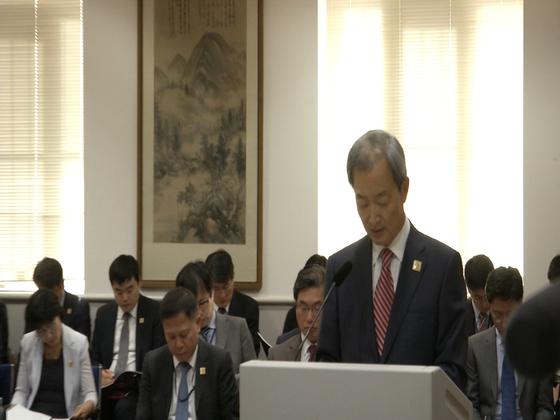 안호영 주미 대사가 16일(현지시각) 미국 워싱턴 대사관에서 열린 국회 외교통일위원회 국정감사에서 업무 현황보고를 하고 있다. 이광조 JTBC 영상취재 기자