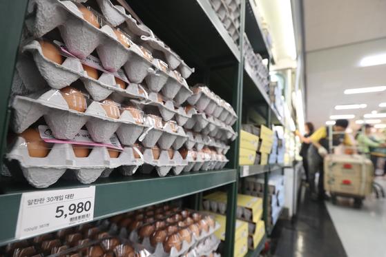 지난 8월 살충제 계란 파동으로 인해 대형마트 3사가 계란가격을 인하했다. 이마트는 계란 30구 한 판 가격을 기존 6480원에서 5980원, 홈플러스 6380원에서 5980원, 롯데마트 6380원에서 5980원으로 인하했다. 사진은 28일 서울 시내 한 대형마트 계란판매대 모습. [연합뉴스]