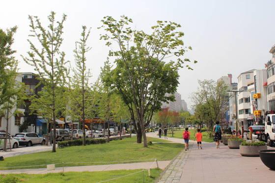 이른바 '연트럴파크'라 불리는 서울 마포구 연남동 경의선 숲길 공원. [중앙포토]