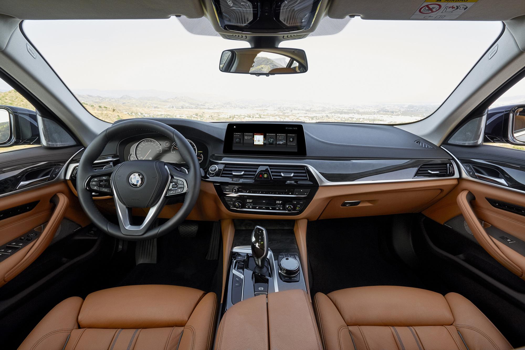 BMW '뉴 520d 럭셔리 스페셜 에디션'   (서울=연합뉴스) BMW 그룹 코리아가 베스트셀링 프리미엄 비즈니스 세단 뉴 5시리즈에 고급스러움을 강조한 '뉴 520d 럭셔리 스페셜 에디션' 모델을 출시했다고 16일 전했다.   새롭게 출시된 뉴 520d 럭셔리 스페셜 에디션은 기존 M스포츠 패키지와 차별화된 외관 디자인과 새로워진 옵션, 합리적인 가격이 특징이다. 2017.10.16 [BMW 그룹 제공=연합뉴스]   photo@yna.co.kr (끝) <저작권자(c) 연합뉴스, 무단 전재-재배포 금지>