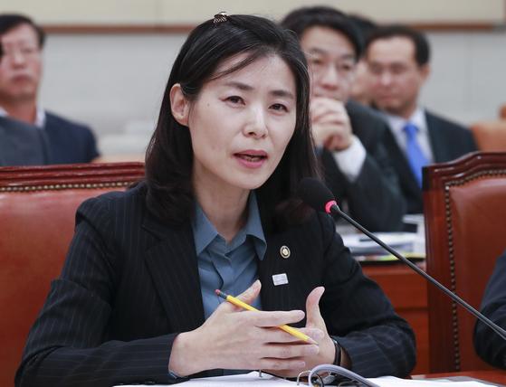 법제처 김외숙 처장이 17일 오후 국회 법제사법위원회 회의실에서 열린 국정감사에서 의원들 질의에 답하고 있다. 임현동 기자