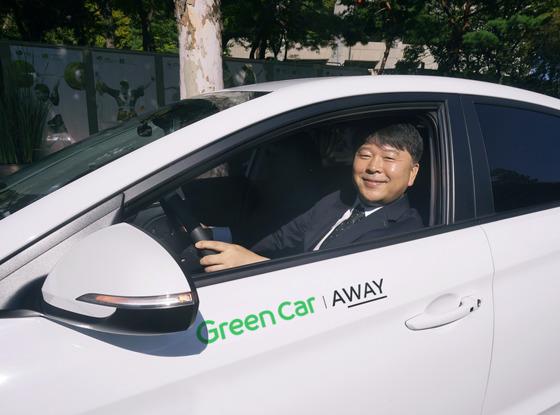 김좌일 그린카 대표가 카쉐어링 차량에 탑승해 자사의 서비스 네이버어웨이를 설명했다. [사진 그린카]