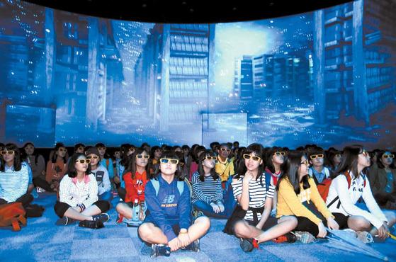 제2회 대장경세계문화축전에 참여한 학생들이 대장경빛소리관에서 팔만대장경 5차원 애니메이션을 관람하고 있다. [사진 합천군]