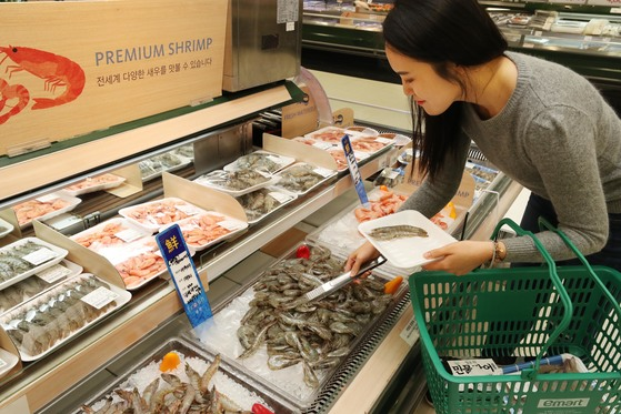이달 19~25일 이마트는 국산 새우를 비롯해 세계 9개 국가의 새우 700t을 최대 40% 싼 가격에 판매하는 '글로벌 새우 할인 대전'을 연다. [사진 이마트]