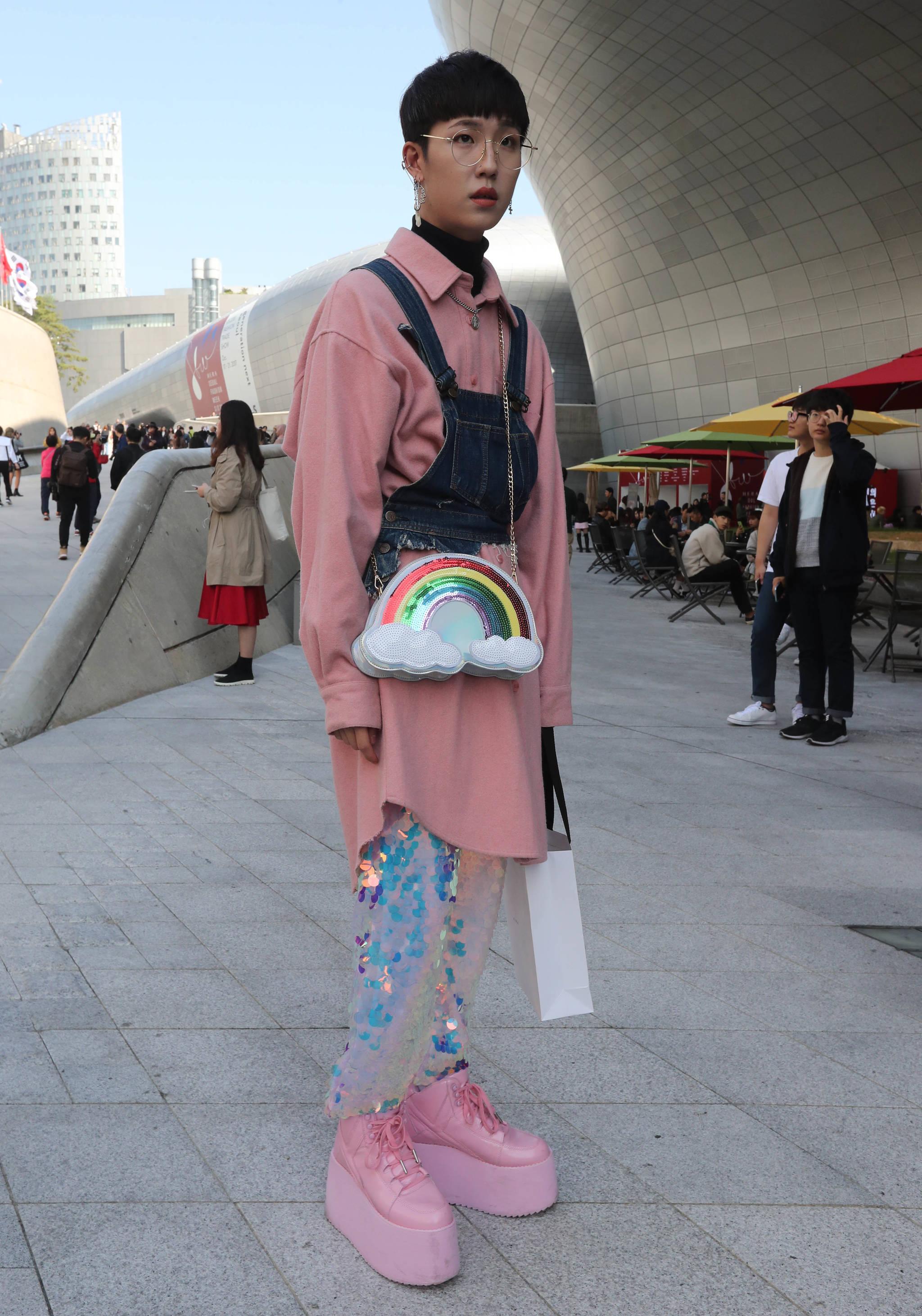 음혁진 씨는 자신의 스타일을 화려하고 과장된 디자인을 지향하는 맥시멀리즘(Maximalism) 스타일이라고 소개했다. 바지, 신발, 가방을 해외직구로 구입했다고 말했다. 신인섭 기자