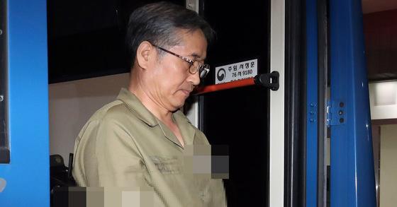 추명호 전 국가정보원 국장이 17일 오후 서울중앙지법에서 조사를 받기 위해 호송차에서 내리고 있다. 김경록 기자