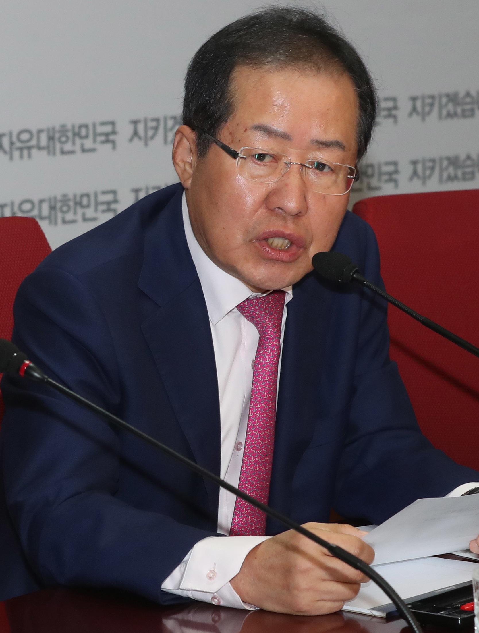 홍준표 자유한국당 대표가 16일 서울 여의도 당사에서 최고위원회의를 주재했다. 강정현 기자