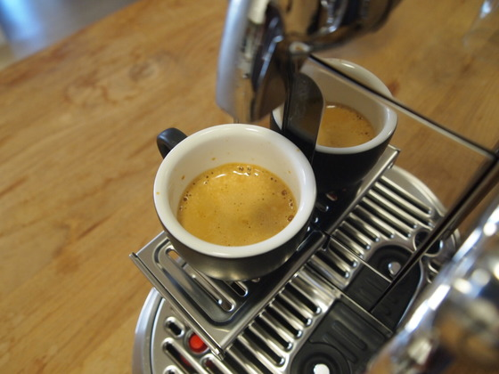 아침마다 누리는 커피 한 잔의 여유. 카페 못지 않은 커피를 만들어준다는 라떼 전문 캡슐 머신, 네스프레소 크리아티스타를 직접 써봤다. 유지연 기자