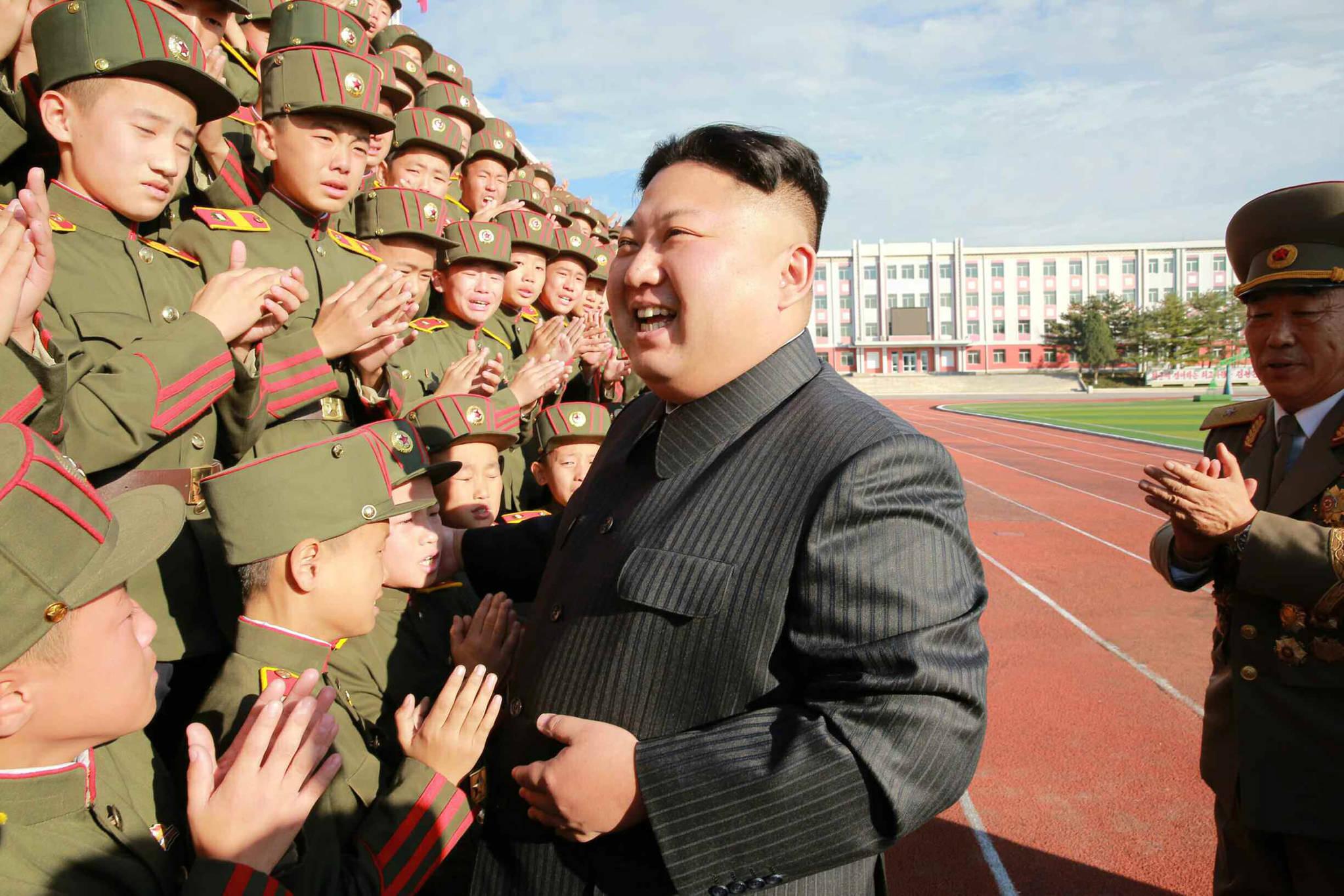 북한 김정은 노동당 위원장이 설립 70주년을 맞은 만경대혁명학원을 방문하고 교직원, 학생들과 기념사진을 찍었다고 노동신문이 13일 전했다. [연합뉴스]