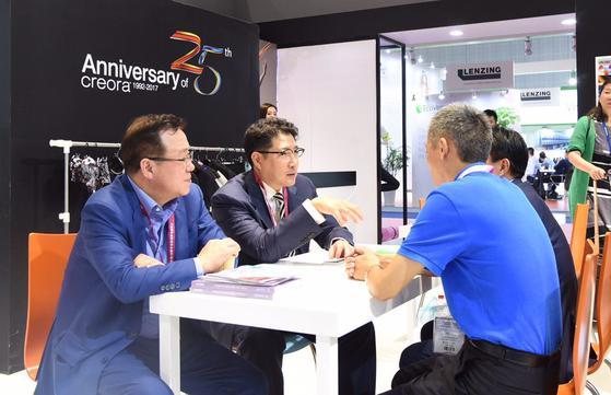 조현준 효성 회장(왼쪽 둘째)은 11~13일 중국 상하이에서 열린 섬유전시회에 참석해 해외 섬유업체들과 마케팅 협력 방안 등을 논의했다. [사진 효성]