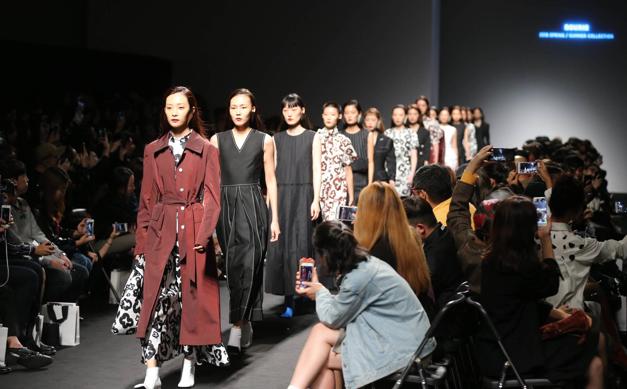 DDP에서 17일 부리(BOURIE)의 패션쇼가 열렸다. 모델들이 워킹을 하고 있다. 신인섭 기자