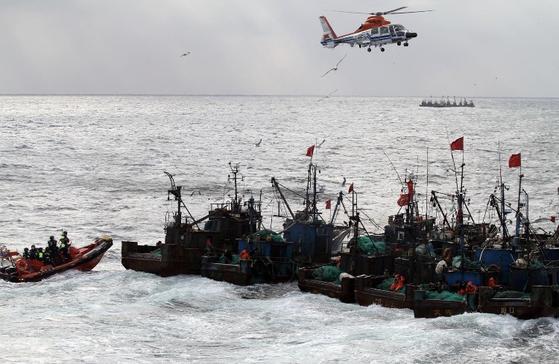서해지방해양경찰청은 지난 13일부터 우리측 배타적경제수역(EEZ) 내에서 어족자원 보호와 조업질서 확립을 위해 '선제적이고 강력한 단속'에 중점을 둔 특별단속을 실시했다고 17일 전했다. [사진 서해지방해양경찰청]