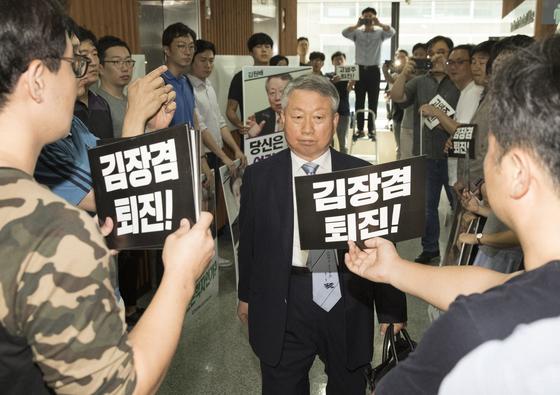 지난달 7일 서울 여의도 방송문화진흥회 시무실로 들어서고 있는 김원배 이사. [연합뉴스]
