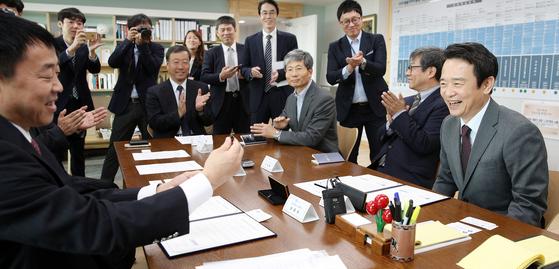 남경필 경기도지사(오른쪽 )와 진춘쉐 중국 진웨그 룹 회장(왼쪽)은 17일 오전 경기도지사 집무실에서 800억원 규모의 판교제로시티 조성 업무협약을 체 결했다. 남 지사는 협약서에 서명한 펜을 진 회장에게 선물했다. [사진 경기도]