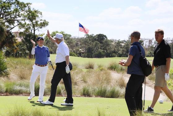 지난 2월 미일 정상회담을 위해 방미한 아베 신조 일본 총리(왼쪽)가 도널드 트럼프 대통령과 골프를 즐기고 있다. [플로리다 교도=연합뉴스]