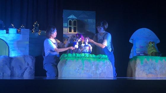 지난 13일 대구 달서구 대구교육연수원에서 동화나무 조합원들이 인형극을 하고 있다. 대구=김정석기자