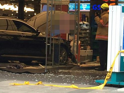 18일 낮 12시 36분께 서울 강남구 강남역 인근 건물 1층 옷가게로 장모(57·여)씨가 몰던 승용차가 돌진하는 사고가 발생했다. [독자 제공=연합뉴스]