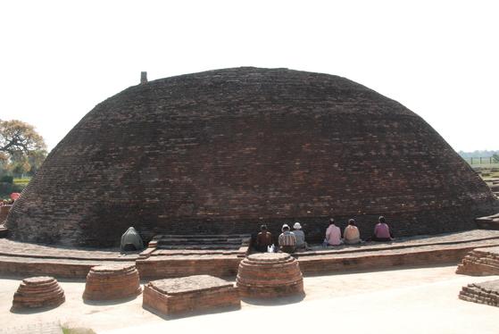 바이샬리의 불교 유적지. 둥그렇게 벽돌로 쌓아올린 탑 앞에서 순례객들이 명상을 하고 있다. 백성호 기자