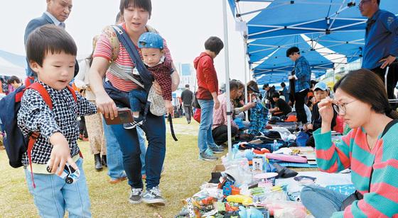 지난해 열린 대전위아자나눔장터에서 시민들이 물품을 고르고 있다. 어린 자녀를 데리고 온 주부 등 가족단위 시민들의 발길로 북적였다. [중앙포토]