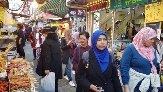 중국인 관광객이 빠져나간 자리 일부를 동남아시아 관광객들이 대신하고 있다.외국인 관광객들은 한국산 공산품은 물론이고 노점 음식에 대해서도 호감을 가지고 있었다