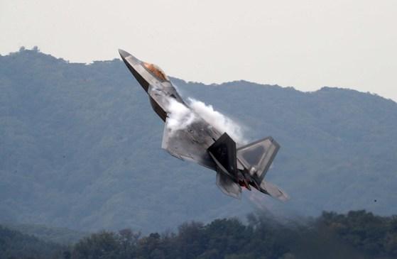 16일 경기도 성남시 서울공항에서 열린 '서울 국제 항공우주 및 방위산업 전시회' 프레스데이 행사에서 미국의 최신예 전투기 F-22A가 기동하고 있다.2017.10.16. 김상선