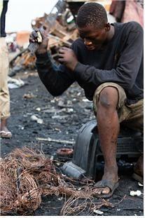 아프리카 지역에서 폐전자제품을 재활용하는 모습.