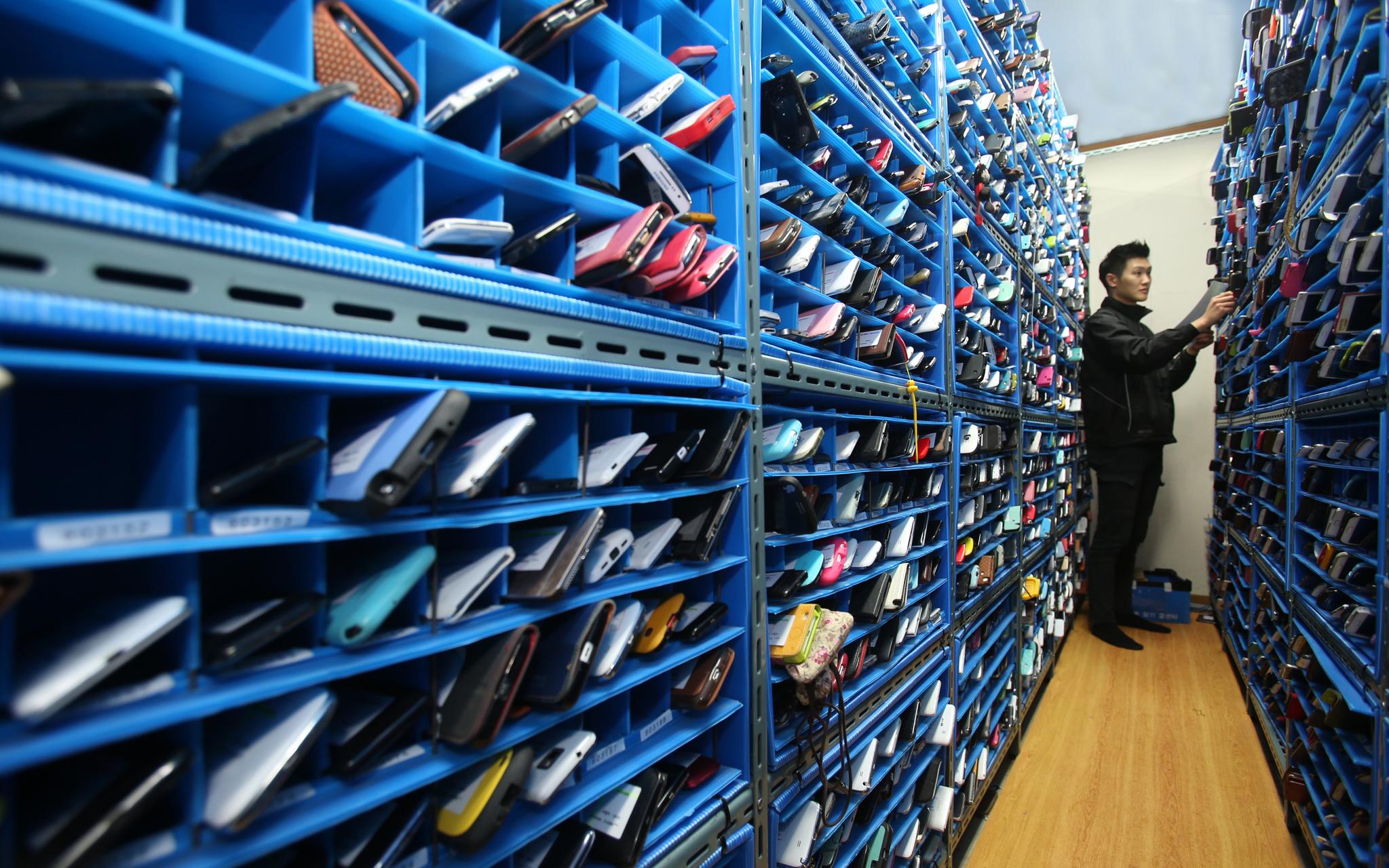 서울 서초동 핸드폰찾기콜센터에는 하루 300여 개의 분실 휴대전화가 들어온다.[중앙포토]