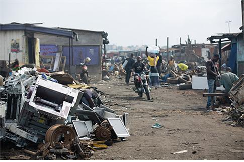 아프라카 지역으로 수출된 폐전자제품들.