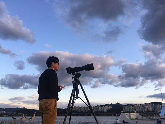 비행기를 기다리는 비행기 사진작가 정주영 대표(37). [사진 이상원]