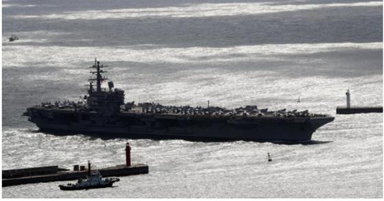 21일 한미 연합훈련에 참가한 미국 핵추진 항공모함 로널드 레이건호(CVN 76·10만4천200t급)가 부산항에 입항하고 있다. [연합뉴스]