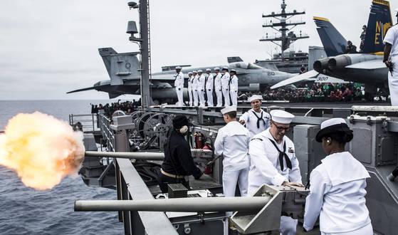 미 해군 니미츠급 핵추진 항공모함인 로널드 레이건호가 지난 16일부터 20일까지 동해와 서해에서 진행한 한국과 미국 해군 연합 해상훈련을 마치고 21일 부산 해군작전사령부에 도착했다. 사진은 로널드 레이건호가 참가한 한미연합훈련모습. [사진 미 해군 제5항모강습단]