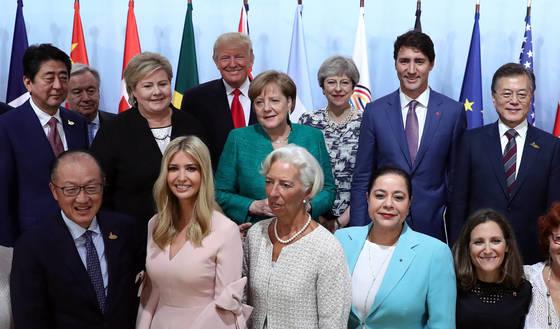 문 대통령, '여성기업가기금 출범'   (함부르크=연합뉴스) 배재만 기자 = 문재인 대통령이 8일 오전 (현지시간) 독일 함부르크 주요 20개국(G20) 정상회의 '여성기업가기금 이니셔티브'(We-Fi·Women Entrepreneurs Finance Initiative) 출범 행사에 참석, 단체사진을 찍고 있다. 아랫줄 왼쪽부터 김용 세계은행 총재, 도널드 트럼프 미국 대통령의 딸 이방카, 크리스틴 라가르드 IMF 총재, 미리엄 벤살라 홀마컴 그룹 회장, 크리스티아 프리랜드 캐나다 외무장관. 윗줄 왼쪽부터 아베 신조 일본 총리, 안토니우 구테흐스 UN 사무총장, 에르나 솔베르그 노르웨이 총리, 도널드 트럼프 미국 대통령, 앙겔라 메르켈 독일 총리, 테레사 메이 영국 총리, 저스틴 트뤼도 캐나다 총리, 문재인 대통령. 2017.7.8   scoop@yna.co.kr (끝) <저작권자(c) 연합뉴스, 무단 전재-재배포 금지>