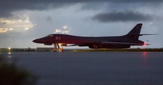 미 공군 B-1B 전략 폭격기가 지난 9월 23일 밤 괌 앤더슨 공군기지에서 북한 동해상 출격을 앞두고 대기하고 있다. [미 태평양사령부]