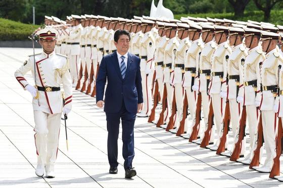 자난달 11일 아베 신조 일본 총리가 방위성 격상 10주년을 맞아 도쿄 방위성을 찾아 자위대 의장대를 사열하고 있다. [도쿄 AFP=연합뉴스]