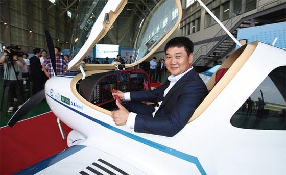 """베셀의 경량항공기 ' KLA-100' 항속거리는 1400㎞로 중국의 베이징· 상하이·우한, 일본의 도쿄와 오키나와까지 날 수 있다. 서기만 대표는 """"한·중·일을 경비행기로 넘나드는 시대가 올 것"""" 이라고 말했다."""
