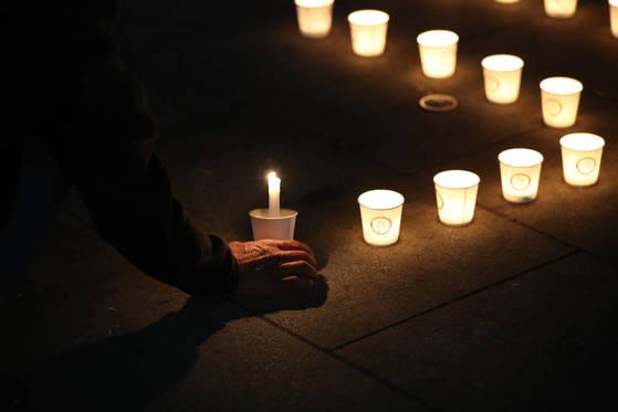 촛불집회 1주년(10월 29일)을 앞둔 21일 서울 광화문광장에서 '이명박심판 범국민행동본부' 등이 촛불집회를 열고 촛불로 'MB구속'이라는 글씨를 만들고 있다. [연합뉴스]