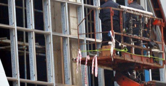 부산의 한 공장에서 천장에 달린 이동식 크레인이 떨어지면서 아래에서 작업 중이던 근로자 2명이 추락해 부상을 입었다. 사진과 기사 내용은 관련이 없습니다. [중앙포토]