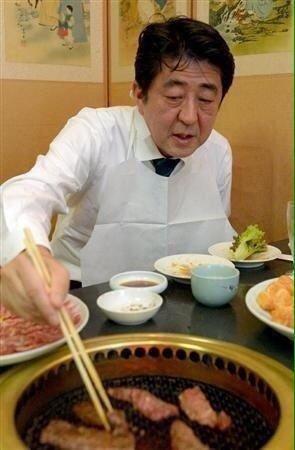 아베 신조 일본 총리가 한식 불고기집인 가레아에서 식사를 하고 있다. [사진 트위터 캡처]