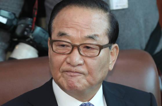자유한국당 서청원 의원이 22일 오전 국회 의원회관에서 열린 기자간담회 도중 생각하고 있다. [연합뉴스]