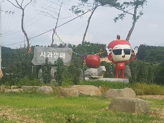 경기도 포천에 위치한사과깡패 농장을 찾으니 조형물이 반긴다 사진 서지명