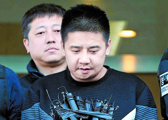 1'어금니 아빠' 이영학(35)씨가 지난 13일 서울 중랑경찰서에서 기자들의 질문에 답하고 있는 모습. 조문규 기자