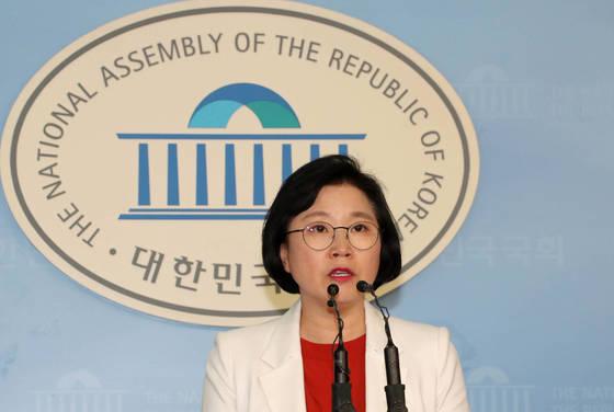 김현 더불어민주당 대변인이 22일 국회 정론관에서 신고리 5·6호기 문제 등 현안에 대해 브리핑하고 있다. [연합뉴스]