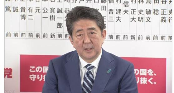 아베 신조 총리가 22일 밤 NHK 방송과의 인터뷰에서 질문에 답하고 있다 [사진=NHK 캡쳐]
