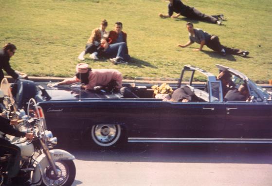 1963년 11월 22일 존 F 케네디 미국 대통령 피격 순간 퍼스트 레이디 재클린은 차량 뒤쪽 보닛 위로 정신없이 기어올라갔다. [중앙포토]