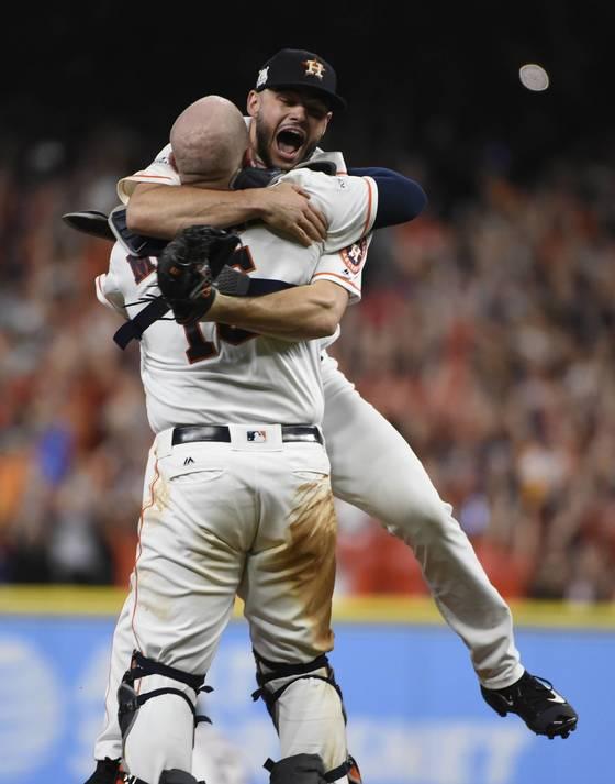 승리 확정 후 기쁨을 나누는 휴스턴의 랜스 맥컬러스와 포수 브라이언 맥켄. (AP Photo/Eric Christian Smith) <저작권자(c) 연합뉴스, 무단 전재-재배포 금지>