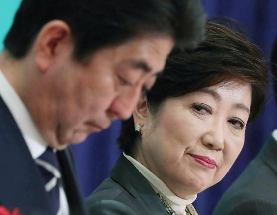 8일 일본 기자클럽 주최 당수 토론회에서 고이케 유리코 도쿄도 지사가 옆 자리의 아베 신조 총리를 쳐다보고 있다. [지지통신]